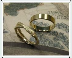 Trouwringen, takjes ring en strakke ring.
