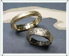 Trouwringen wasstructuur in geelgoud en witgoud met diamant.