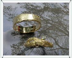 Geelgouden trouwringen wasstructuur en takjesring met diamant.