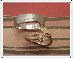 Trouwringen witgouden was structuur ring en roodgouden takje