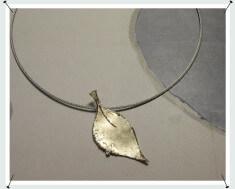 Hanger, blad met nerf van eigen goud vervaardigd.