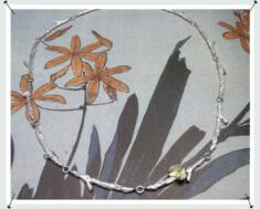 Zilveren takjes collier met geelgouden blaadjes