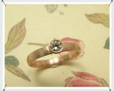 Verlovingsring, roodgoud met roze diamant.