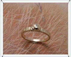 Geelgouden ring met kevertje.