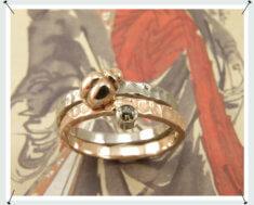 Aanschuifringen in roodgoud met natuurlijk bruine diamant en een extra bol en een witgouden aanschuifring met roodgouden kevertje.