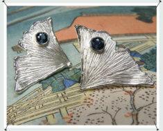 Oorsieraden, zilveren ginkgo blaadjes met topaas.