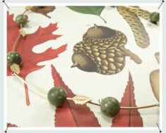 Collier met fijne blaadjes deels van eigen rosé goud vervaardigd met eigen serpentijn kralen.