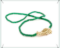 Smaragd collier met geelgouden bladeren sluiting